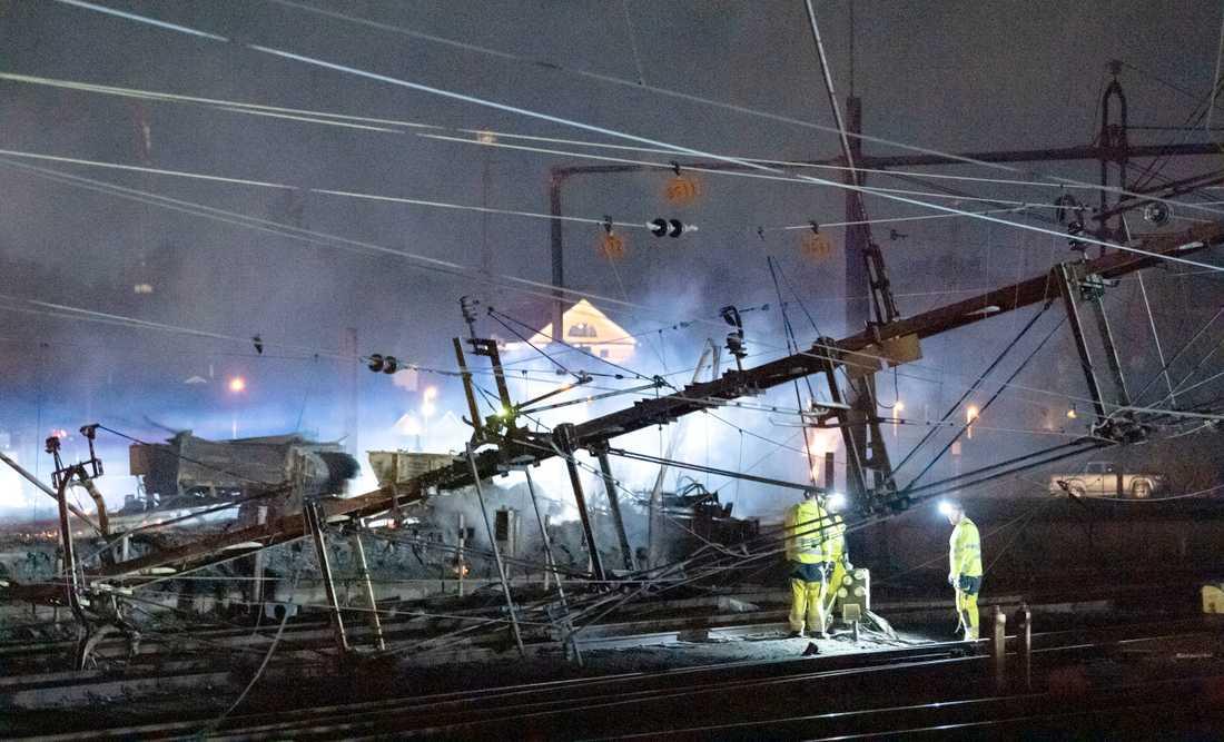 Tågtrafiken stoppas i flera dagar sedan den kraftiga branden i närheten av järnvägen i Hässleholm på tisdagskvällen.