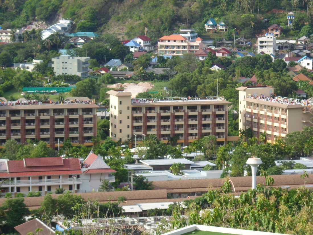 Taken på hotellen är fulla av människor som satt sig i säkerhet efter tsunamivarningen.