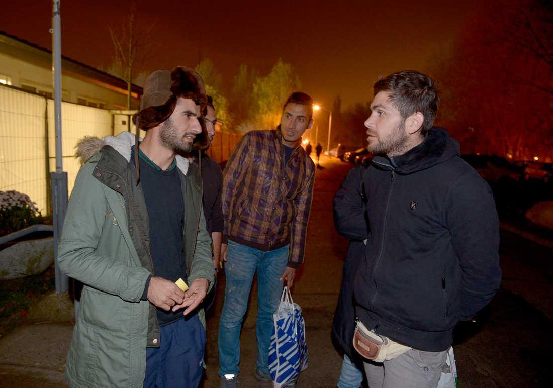 Hassan från Iran väntar i Rostock på att komma på färjan mot Sverige. Han är på väg till släktingar i Falun.