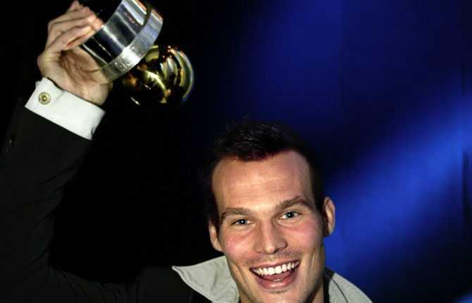 2002 belönades han med Guldbollen - för första gången.