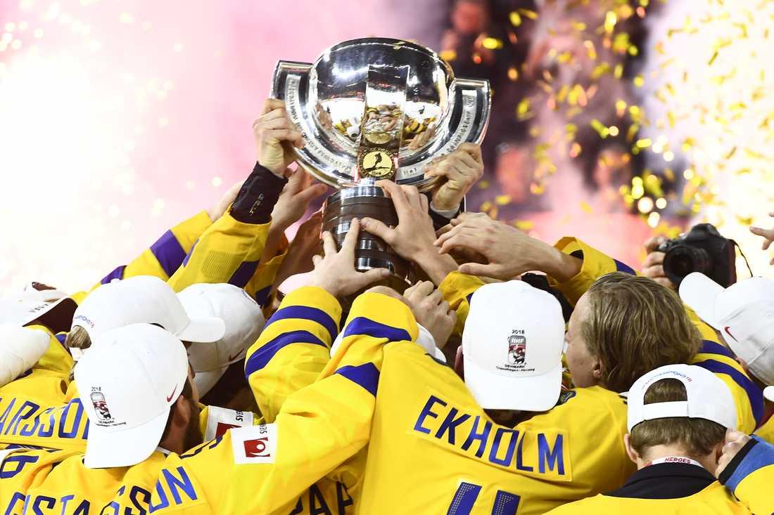 Tre Kronor hissar VM-bucklan efter finalsegern mot Schweiz för två år sedan. Arkivbild.