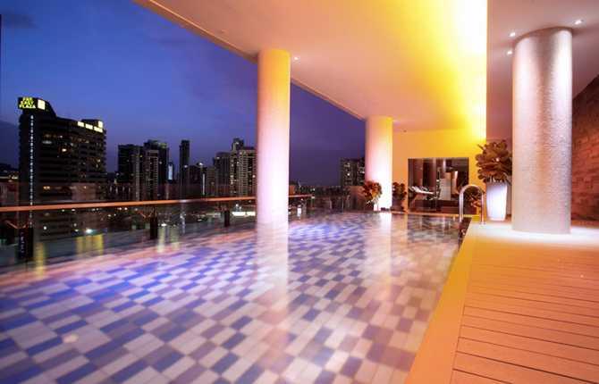 QUINCY HOTEL, SINGAPORE Den läckra, helt inglasade poolen ligger på tolfte våningen. Speciella ljuseffekter ska ge bassängen ett glödande utseende kvällstid.