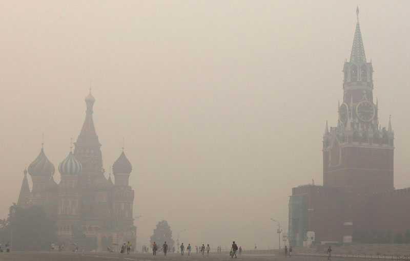 Över hela Moskva ligger den giftiga röken från skogsbränderna. Den och värmen fortsätter att plåga invånarna i staden.