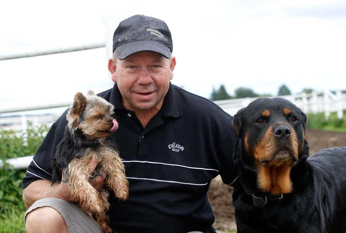 Tommy Hanné med sina hundar.