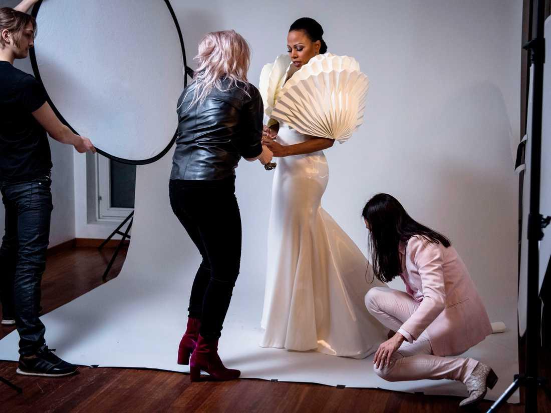 Alice Bah Kuhnke gör sig i ordning med Märta Larsson och Maim Josefi i samband med studiofotografering av Ea Czyz.