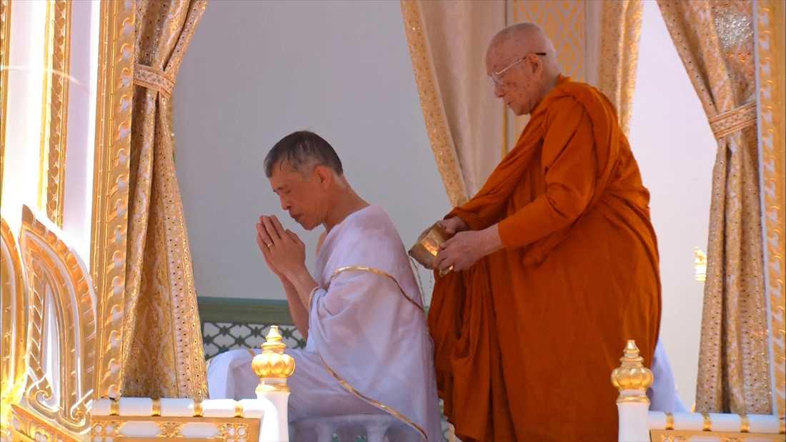 Maha Vajiralongkorn i den kungliga reningsceremonin under förmiddagen.