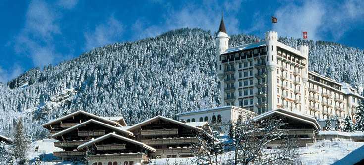 230 personer är med på helgkonferensen och bor på exklusiva Gstaad Palace i Schweiz.