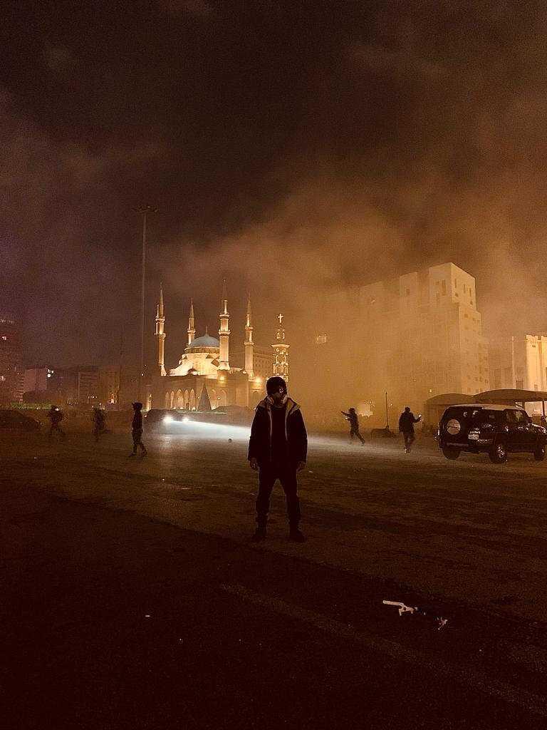 Aktivisten Hussein El Achi framför Mohammad al-Amin-moskén i Beirut.