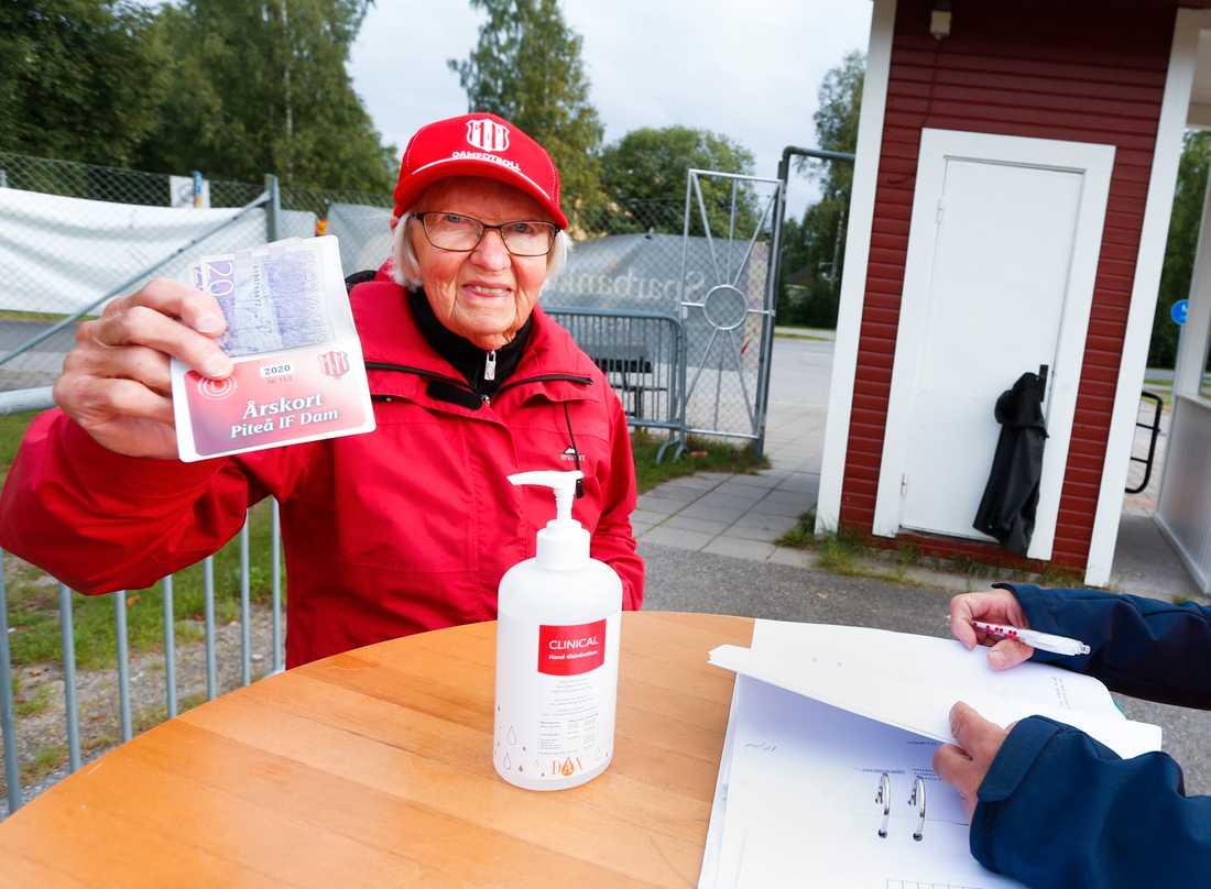 Berit Bergkvist, 82, fick en av de 50 publikplatserna till den damallsvenska matchen mellan Piteå och Djurgården.