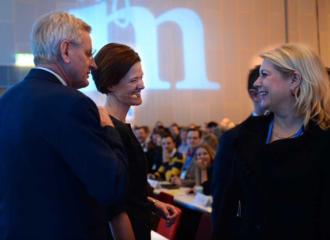 Karin Elmsäter Svärd (höger) i samspråk med Anna Kinberg Batra under avgående partiledaren Fredrik Reinfeldt tal. Carl Bildt till vänster.