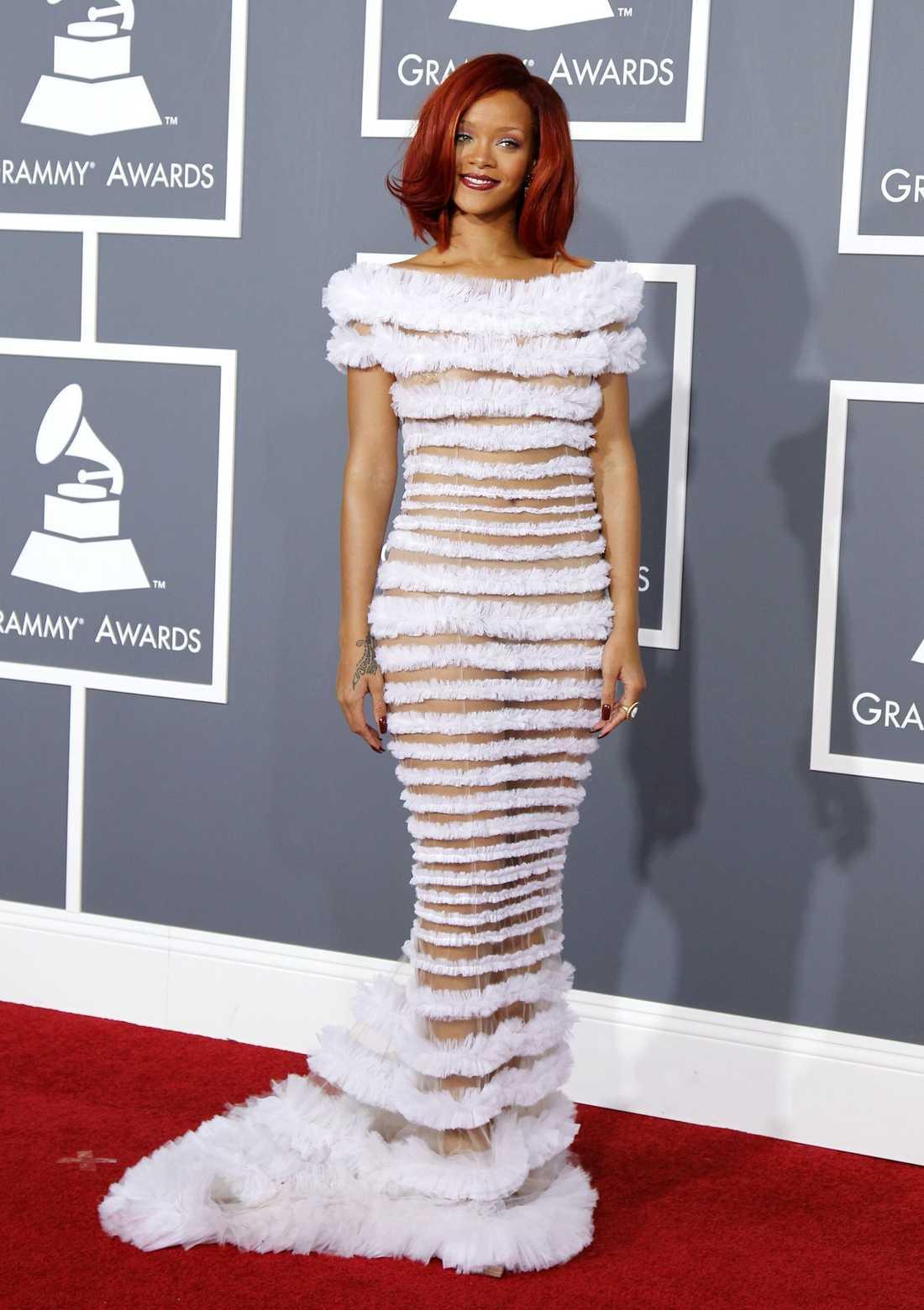 Rihanna visar allt men ändå inget i denna klänning från Jean Paul Gaultier.