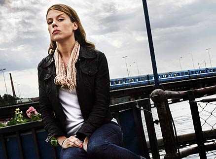 """LADDADE LÅTAR Annika Norlins karriär började vid Slussen i Stockholm. Nu har hennes känsloladdade Säkert!-album fått skarka reaktion. Men texterna är inte självbiografiska. """"Visst kan det vara vissa enstaka meningar som handlar om saker som jag har varit med om, men det är aldrig jag hela vägen. Det skulle bli astråkigt om det bara handlade om mitt trista liv"""", säger sångerskan."""