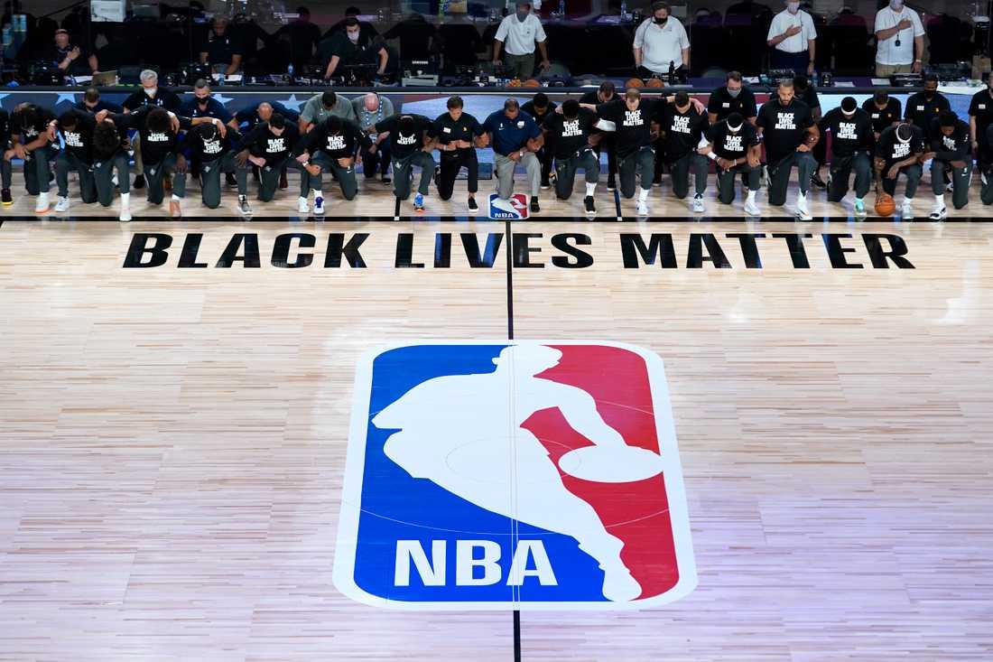 NBA-lagen New Orleans och Utah knäböjer när den amerikanska nationalsången spelas på Disney World i Florida.