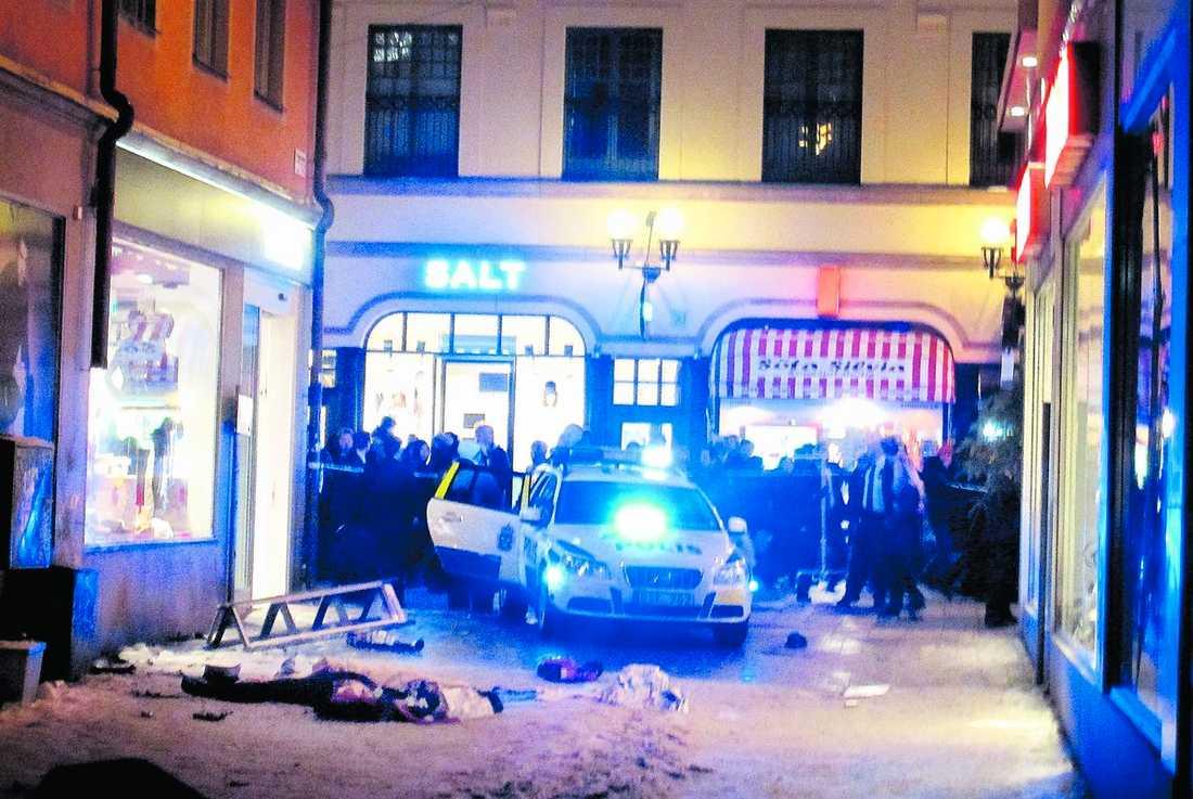 SPRÄNGDE SIG SJÄLV I CITY Drottninggatan i centrala Stockholm var full av helgshoppare när den misstänkte bombmannen utlöste sina sprängladdningar. Han hade då bara tolv minuter tidigare skickat ett mejl och varnat för attacken.