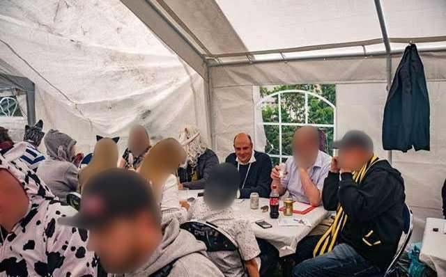 Patrick Reslow på sommarfesten hos Jimmie Åkesson, där även flera andra Sverigedemokrater befann sig.