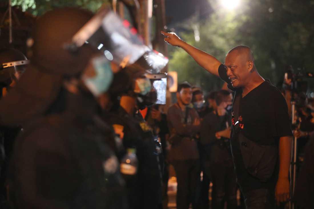 Demonstranter konfronterar polis i Bangkok på torsdagen.
