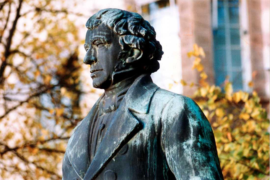 Staty föreställande Lars Johan Hierta som grundade Aftonbladet 1830.