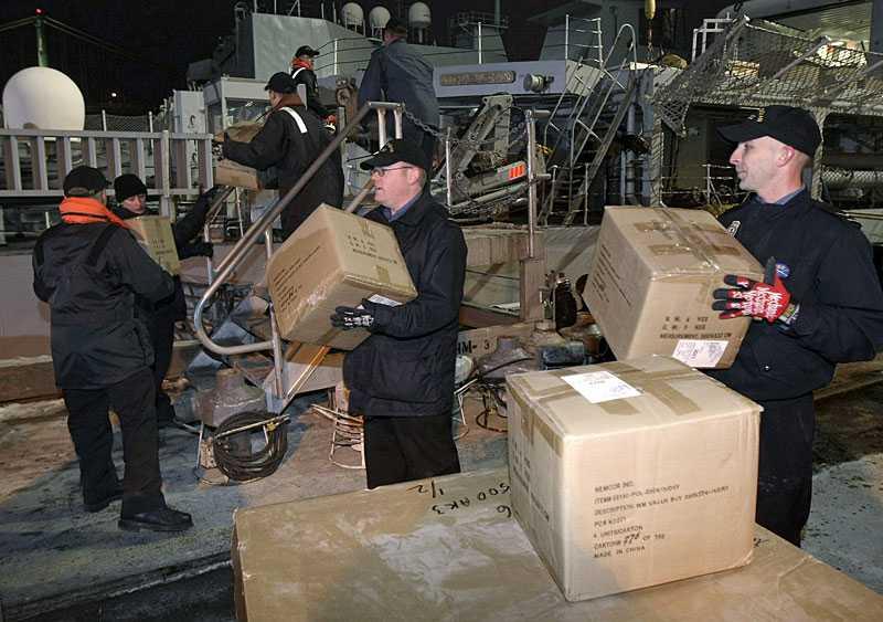 MER HJÄLP PÅ VÄG Flera länder skickade i går iväg förnödenheter till Haiti. Bland dem Kanada, som lastade räddningsmateriel ombord på HMCS Athabaskan sent i går kväll.