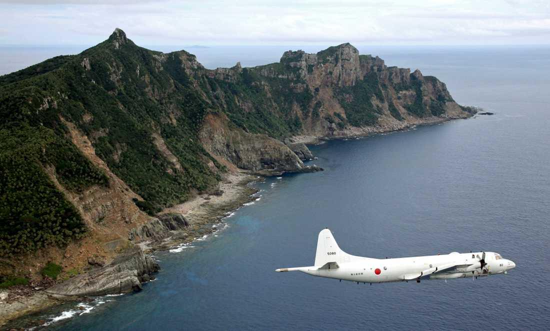 Ett japanskt militärflygplan ovanför en av de omstridda öar som i Japan kallas Senkaku och i Kina Diaoyu. Arkivbild.