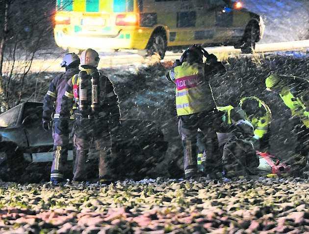 täckhammars bro Tre personer fördes till sjukhus efter att en personbil kört av vägen vid Täckhammars bro i Södermanland i går kväll.