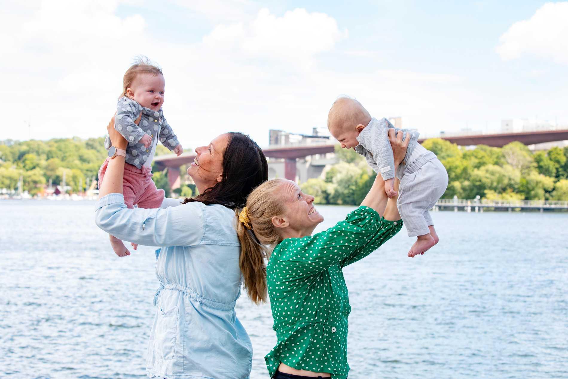 Gudbjörg Gunnarsdottir och  Mia Jalkerud med sina tvillingar.