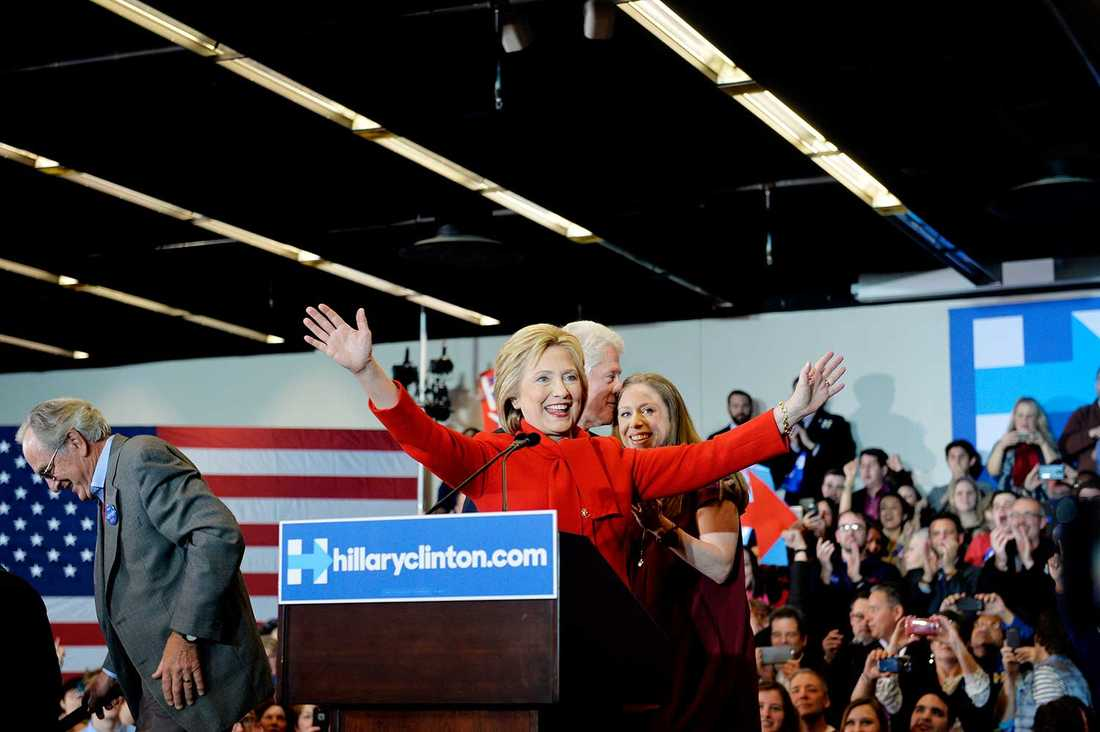 Vid Hillary Clintons besök tvingas åhörarna gå igenom en säkerhetskontroll ungefär som på en flygplats.