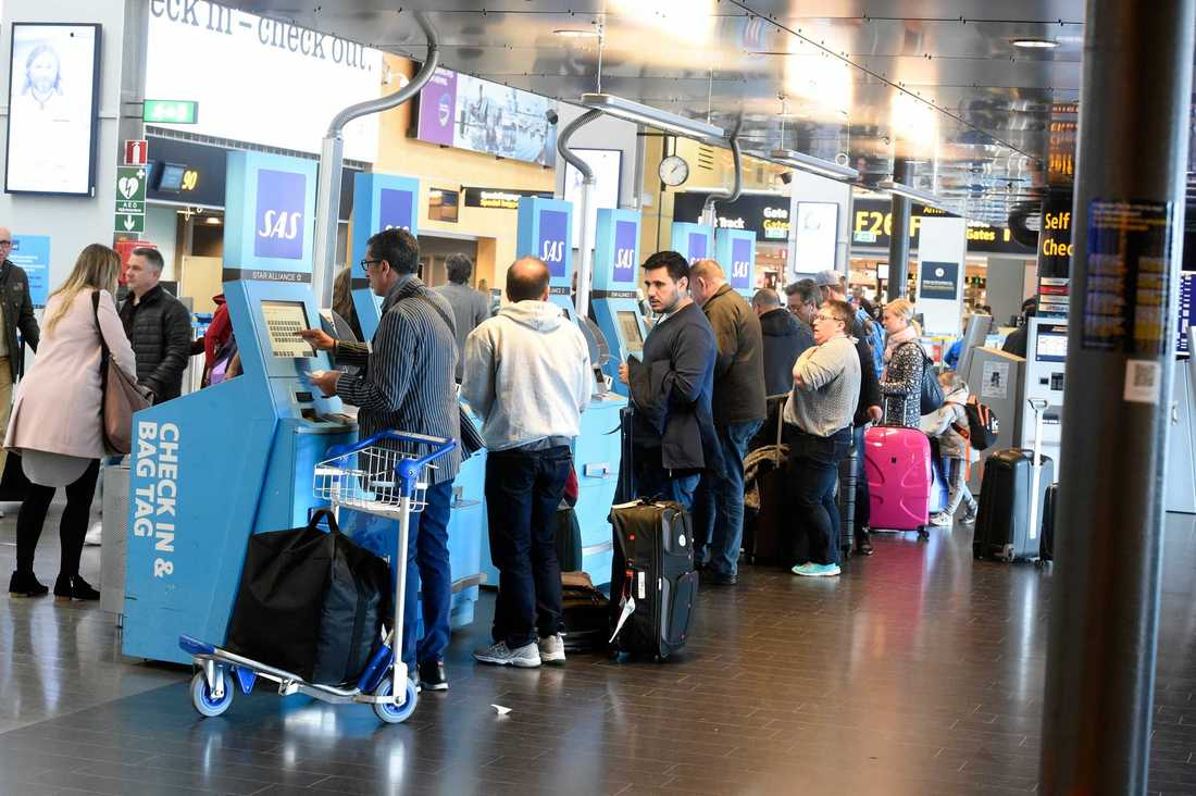 Resenärer i väntan på Arlanda under flygkaoset.
