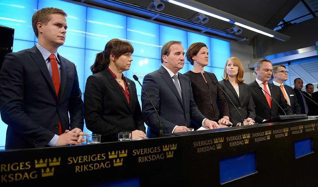 Regeringen och Alliansledarna på presskonferensen där de presenterade decemberöverenskommelsen.