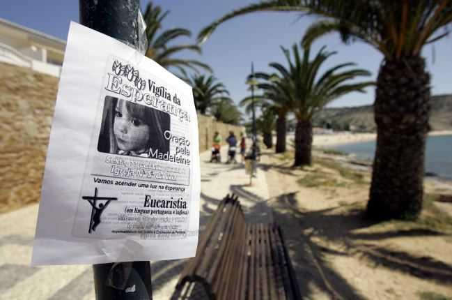 En affisch uppmanar till bönemöte för Madeleine i den lokala kyrkan i Praia da Luz.