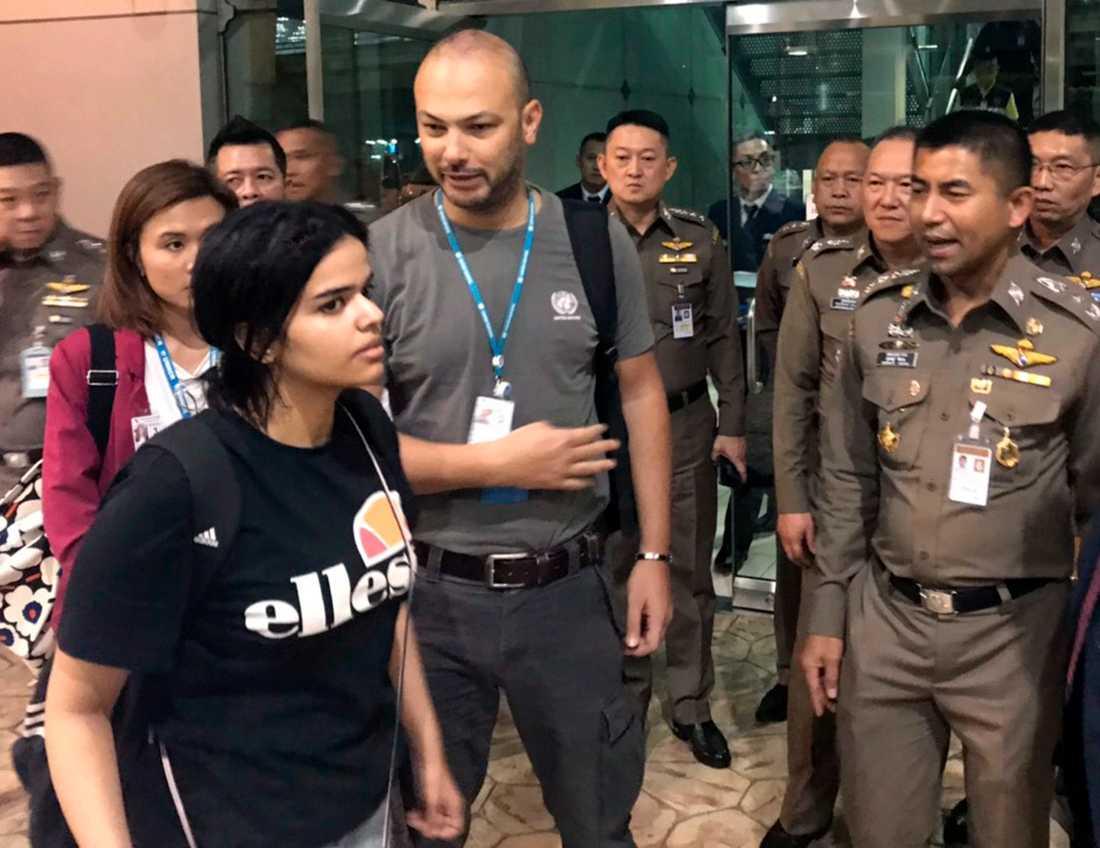 Den 18-åriga saudiska kvinnan vid flygplatsen i Bangkok i måndags.