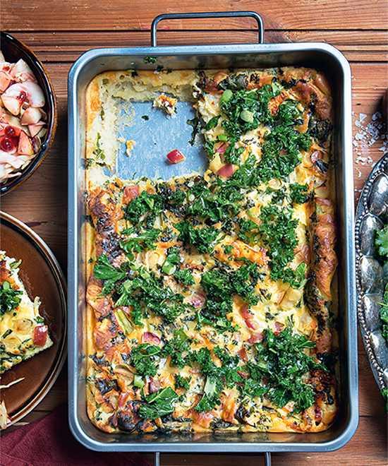 Ugnspannkaka med grönkål och ädelost.