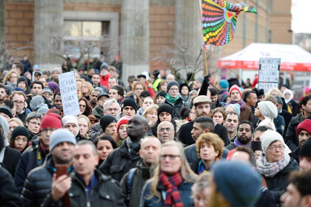 På fredagseftermiddagen hölls flera manifestationer – efter attackerna mot svenska moskéer.