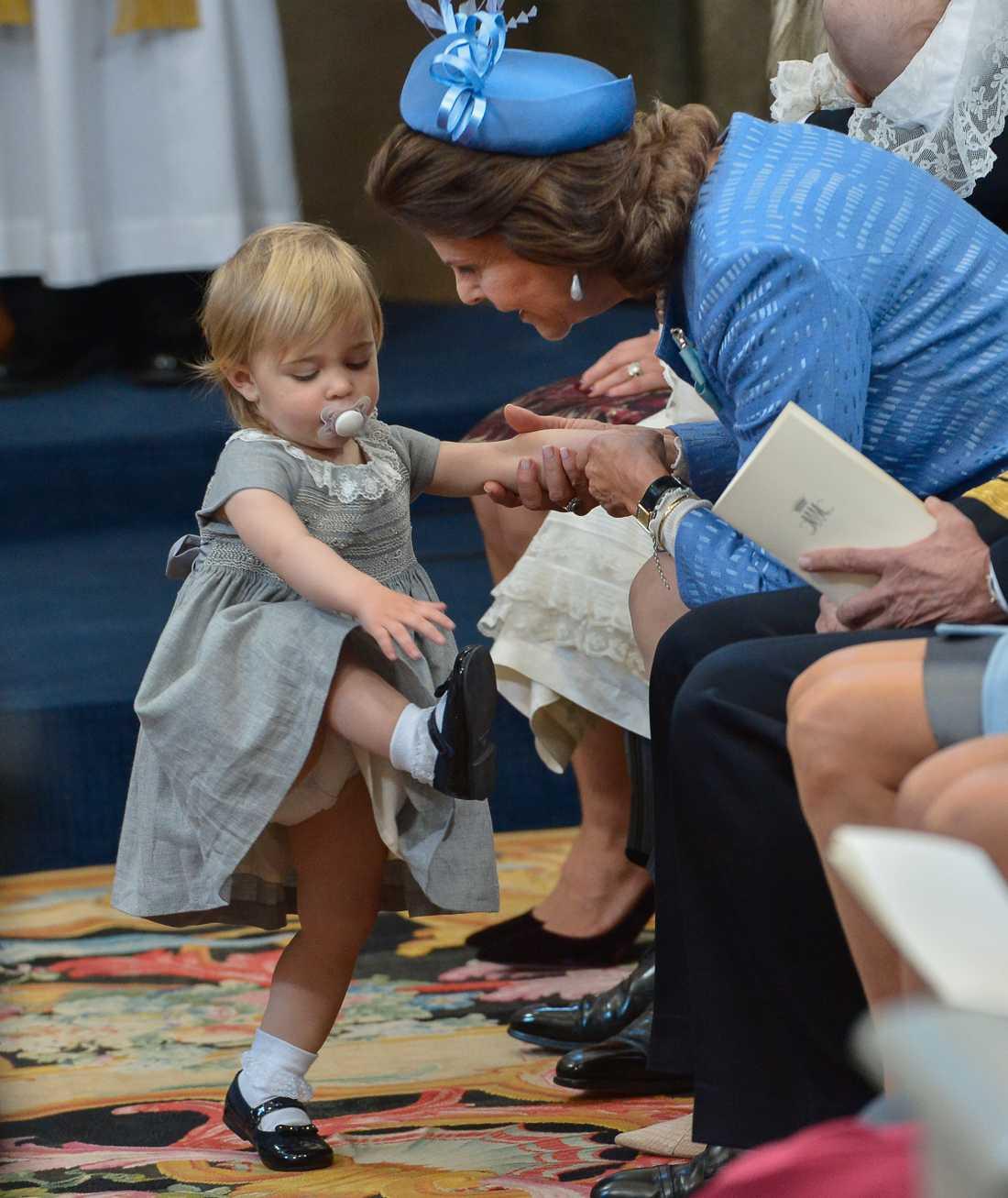 Prinsessan Leonore och drottning Silvia under prins Nicolas dop i Drottningholms slottskyrka 2015. För drottningen är det viktigt att barnen får vara med under dessa händelser – och det gör inget om de har lite spring i benen, tycker hon. Arkivbild.