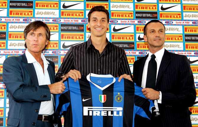 Den 10 augusti inledde den då 24-årige Zlatan nästa kapitel i sin proffskarriär. Här presenteras anfallaren för sin nya klubb Inter, flankerad av Gabriele Oriali och Marco Branca.