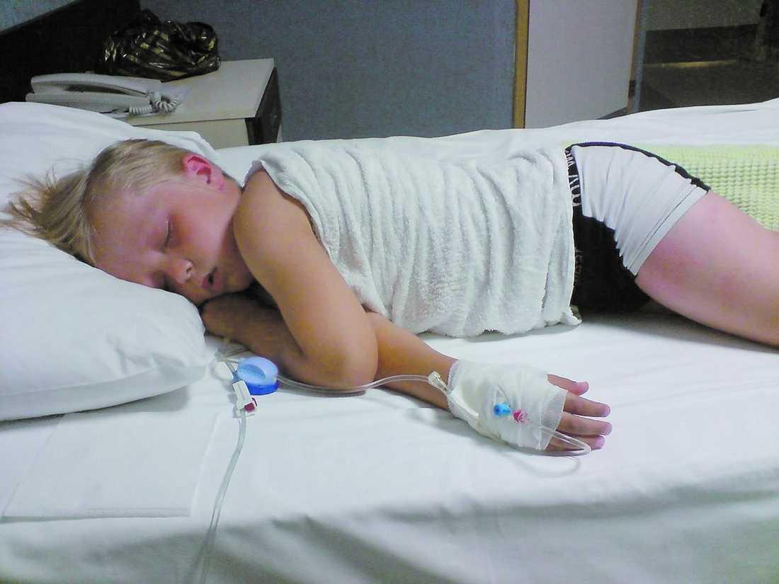 akut till sjukhus För en vecka sen togs Jonatan, 6, in på sjukhus i Alanya med hög feber. Han fick dropp och mediciner – och nu mår han bättre. Familjen har bytt hotell.
