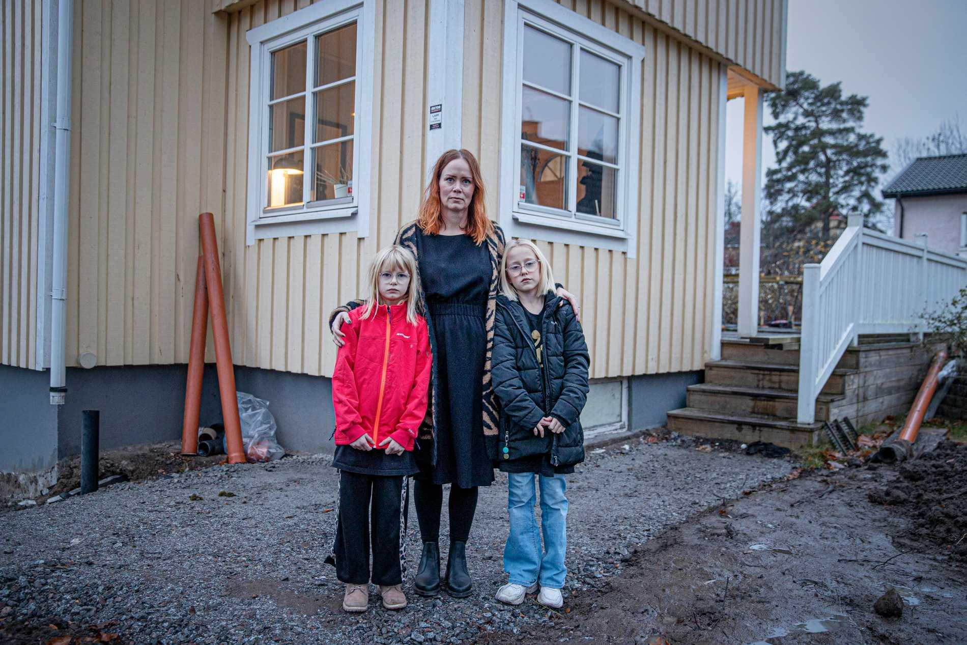 Jenny, Molly och Nora utanför sitt hem i Stockholm.