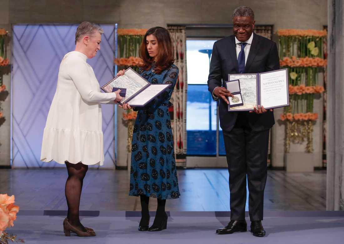 Den yazidiska människorättsaktivisten Nadia Murad och den kongolesiske gynekologen Denis Mukwege tar emot Nobels fredspris vid ceremonin i Oslo rådhus. Till vänster syns den norska Nobelkommitténs ordförande Berit Reiss-Andersen.