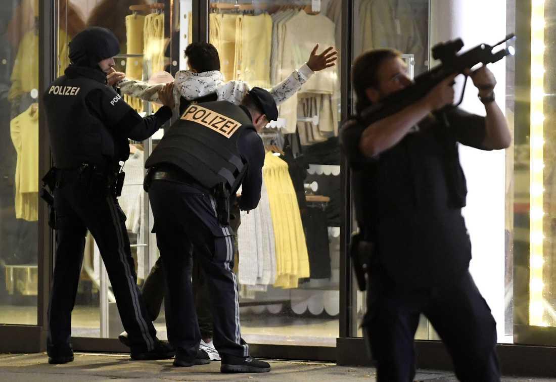 Polis i Wien kontrollerar en person efter ett terrordåd i staden.