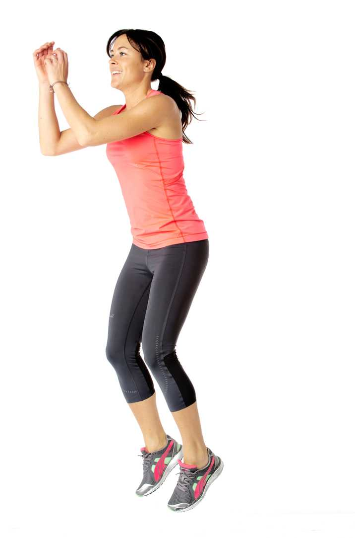 Pressa hälarna i golvet, hitta kraft och kom upp på tårna när du hoppar upp och sträcker benen raka. Landa mjukt med lätt böjda ben. Hoppa gärna upp på en bänk eller låda för större utmaning. Jobba i 45 sekunder.  Tränar: Rumpa, ben.