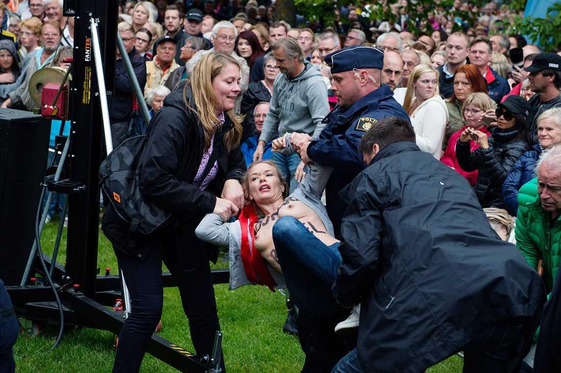 """Jenny Wenhammar släpas bort av polisen. """"Det var det brutalaste ingripandet som de andra upplevt"""", säger hon."""