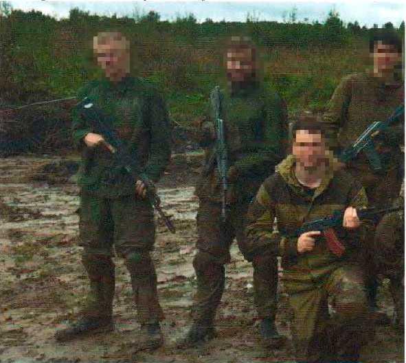 De två dömda tjugoåringarna, till vänster på bilden, deltog i slutet av augusti i en paramiltär kurs i Ryssland hos Partizans. Bild ur polisens förundersökning.