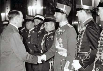 Här hälsar han på hitler Kungens pappa Gustaf Adolf skakar hand med Adolf Hitler i Berlin. Nu skriver nätencyklopedin Wikipedia att Gustaf Adolf hade starka nazistsympatier. Hovet säger att uppslagsverket ägnar sig åt historieförfalskning och att prinsen bara skötte sina diplomatiska förpliktelser.