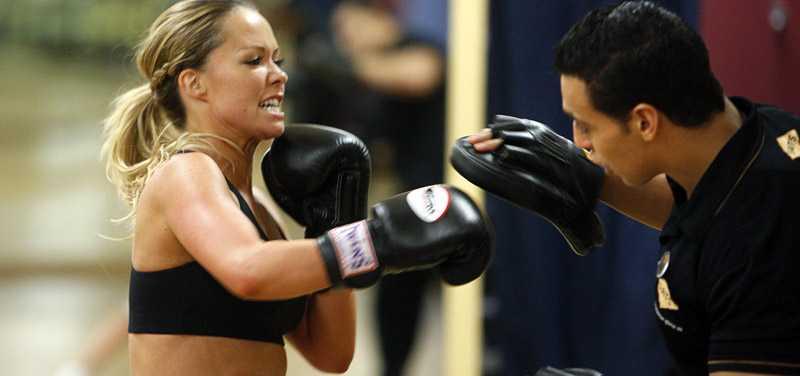 """Sahlene går loss med boxhandskarna på personlige tränaren Abbe Benadour. """"Abbe har blivit en god vän"""", säger hon."""