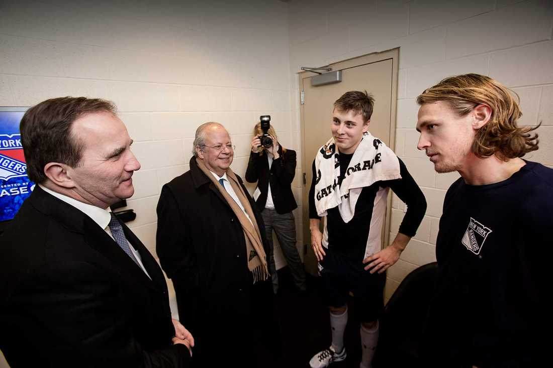 Löfven hälsade på Rangersspelarna Jesper Fast och Carl Hagelin, den senare stod för en assist under nattens segermatch mot Phiiladelphia Flyers.
