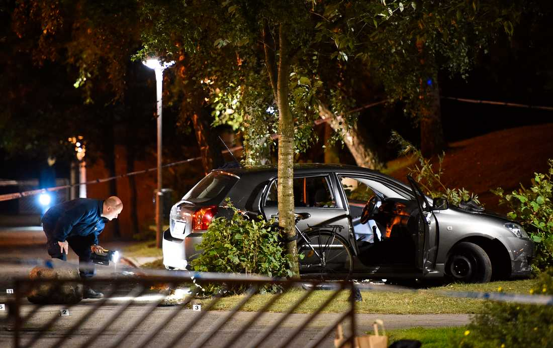 Brottsplatsen i september år 2016: Polisens tekniker undersöker bilen efter skjutningen. Arkivbild.