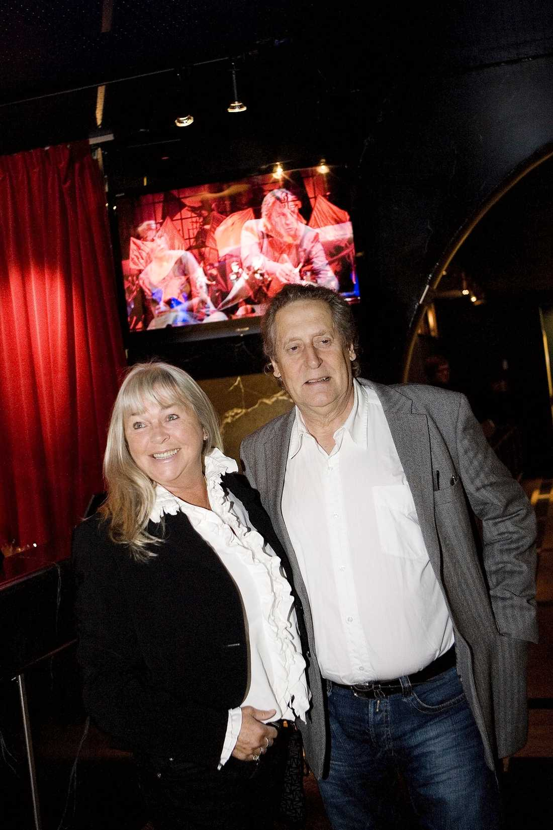 FICK TA FARVÄL FICK TA FARVÄL Lasse Brandeby tillsammans med sin sambo Ninnie Fjelkegård, 65. Paret bodde ihop i många år utanför Göteborg. Hon och flera anhöriga fanns vid Lasses sida när han gick bort.