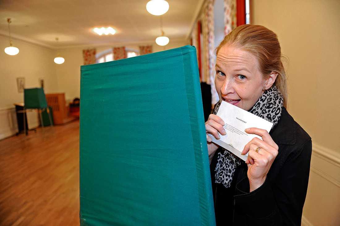 Linda Skoogberg förseglar kuvertet.