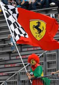 Ferrari-fan i clownmundering under F1-loppet i Shanghai.