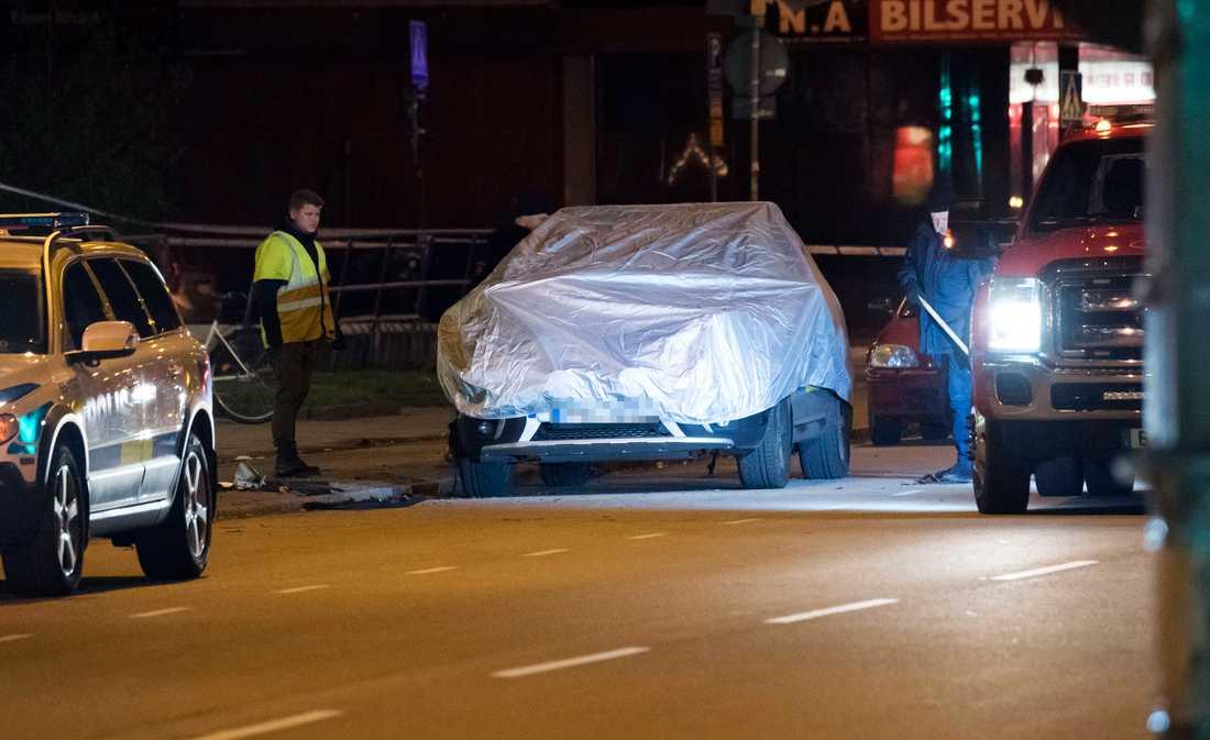 Polisbilen bärgas efter att polisens kriminaltekniker undersökt den natten till lördagen. Polisbilen som stod parkerad utanför ett polishus på Sallerupsvägen i Malmö har utsatts för någon form av sprängning.