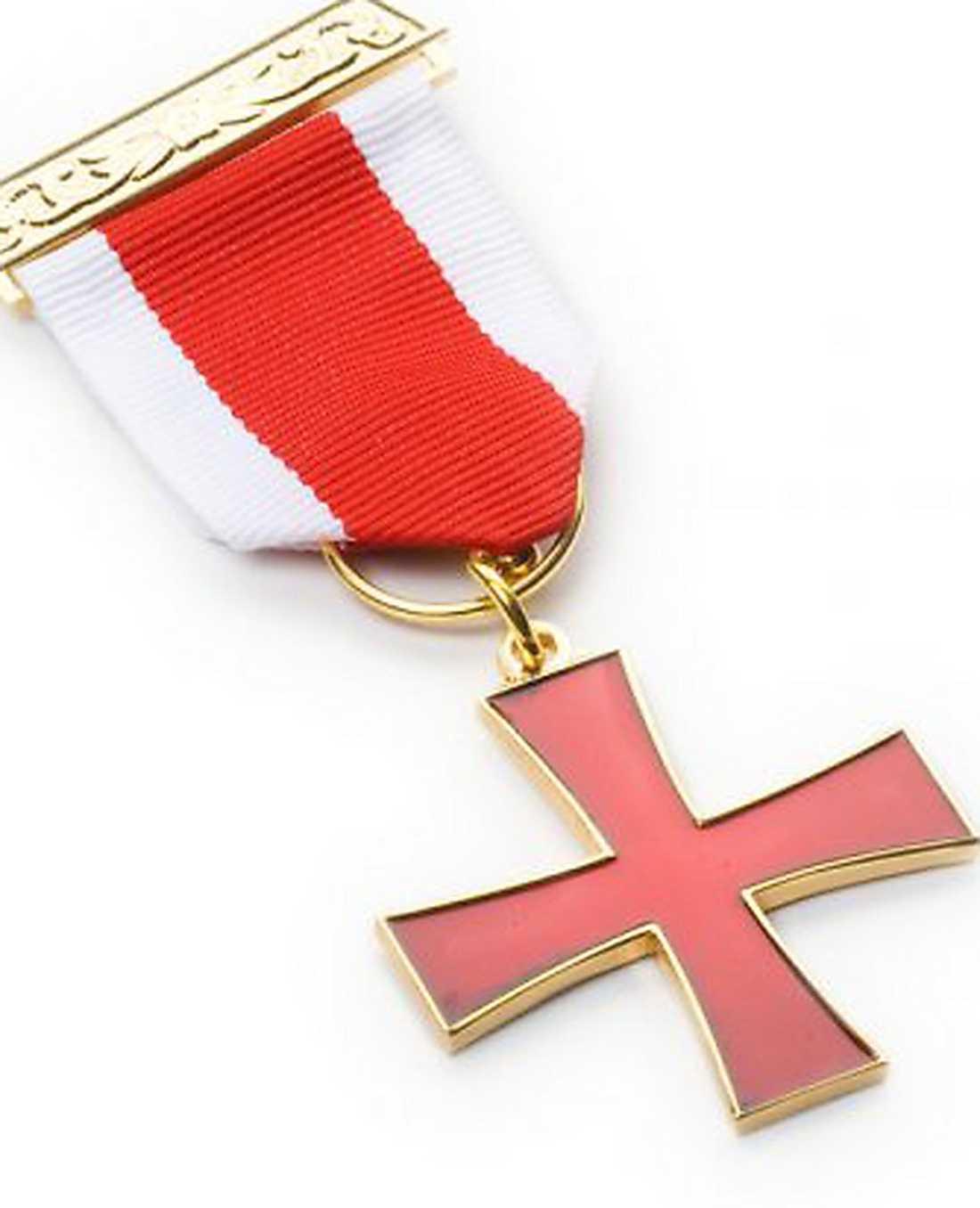 I manifestet kallar Anders Behring Breivik korset för Justiciar Knight Military Order of the Martyrs, som han hävdar ges till de medlemmar som mister livet i en operation. Egentligen heter det Knights Templar Breast Jewel.